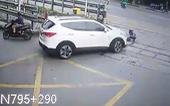 Nhân viên đường sắt bị ôtô tông thẳng khi đang làm nhiệm vụ