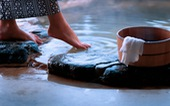 Bi đát tài chính, người Nhật muốn bán 'tắm tiên' cho nhà đầu tư ngoại