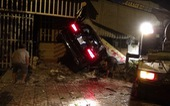 Xe Mercedes chạy tốc độ cao tông 3 nhà dân bên đường, 1 người chết