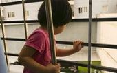 Sống chung cư có con nhỏ, đừng xem thường cửa sổ và bancông!