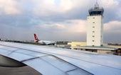 Sau tiếng động lớn, máy bay Hàn Quốc hạ cánh khẩn nguy xuống Tân Sơn Nhất
