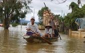 Huế nhiều xã vẫn ngập sâu, người dân chèo thuyền đi nhận cứu trợ