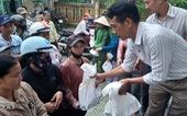 Tiếp tục trao 300 phần quà của bạn đọc báo Tuổi Trẻ đến tay người dân Huế