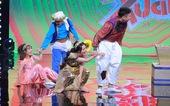 Nghệ sĩ tự khen mình và chơi khăm nhau trên sân khấu, trò lố có gì đáng xem?