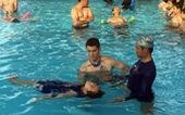 Những ông Tây làm 'chuyện lạ' ở Việt Nam - Kỳ 6: Bớt Lỳ... dụ trẻ học bơi