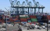 Thâm hụt thương mại của Mỹ giảm lần đầu tiên trong 6 năm