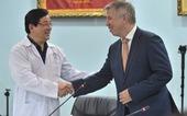 Tổng lãnh sự Anh đón phi công Anh xuất viện: 'Cảm ơn Việt Nam từ tận đáy lòng'