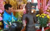 Nghi tượng cổ, chùa mang vào khu thờ tự, người dân quỳ lạy xin ban phước