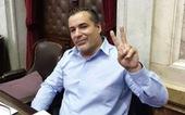 Nghị sĩ Argentina bị đình chỉ công tác vì hôn ngực vợ khi đang họp quốc hội trực tuyến