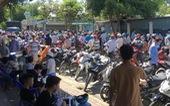 Người dân vây kín trung tâm y tế huyện tranh nhau tiêm vắc xin ngừa COVID-19