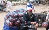Nông sản hết cảnh đổ xuống sông Hồng nhưng khách mua trả tiền 'tùy tâm'