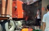 Xe container lao thẳng vào nhà dân ở quận 7, cuốn nhiều xe máy, 1 người chết