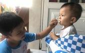 Gặp lại cậu bé 11 ngày tuổi bị dao đâm xuyên đầu: Thiên thần bé thơ vẫn cười vui