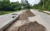 Lớp đất mặt của con đường đang thi công ai đã bán đi?