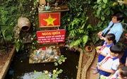 Học sinh tiểu học thả đèn hoa tưởng nhớ 64 liệt sĩ Gạc Ma