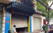 Cháy cửa hàng túi xách lúc rạng sáng, cảnh sát phá cửa cứu ba người
