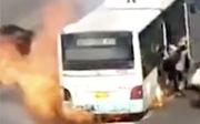 Xe buýt cháy giữa đường, hành khách tháo chạy trối chết