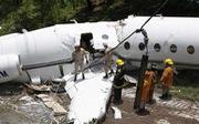 Máy bay gãy làm đôi nhưng không ai thiệt mạng
