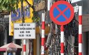Gỡ biển báo 'cấm taxi' trên phố Hà Nội vì... chưa có hiệu lực