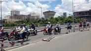 Dải phân cách trên cầu lật ngửa, người đi xe máy nơm nớp sợ