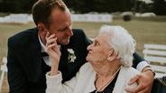 Chú rể gây chú ý với loạt ảnh tình cảm bên người bà 92 tuổi
