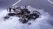 Một xe máy bốc cháy trên đại lộ Phạm Văn Đồng