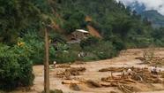 Khoảnh khắc lở đất vùi lấp 5 người trong một gia đình ở Yên Bái