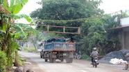 Dân lắp barie chặn xe ben từ mỏ đá Tân Cang