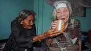 Cụ bà 90 tuổi bán vé số nuôi chị gái 93 tuổi