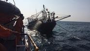 Đưa ngư dân gặp sự cố ngoài khơi về bờ an toàn