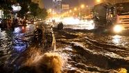 Người Sài Gòn khốn khổ trong đêm mưa ngập nặng nhất mùa