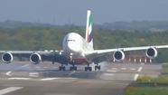 Xem cú hạ cánh ngoạn mục trong bão của máy bay Airbus