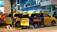 Taxi 'cố thủ' đường vào sân bay Tân Sơn Nhất chờ đón khách