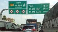 Cao tốc Hà Nội - Bắc Giang ách tắc vì giá treo biển báo bị kéo đổ