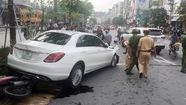Ôtô điên tông liên hoàn nhiều xe trên phố Xã Đàn