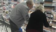 Ảnh cụ ông giúp cụ bà chọn mỹ phẩm gây xúc động