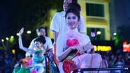 Mặc áo dài, dâng sen trên phố đi bộ Nguyễn Huệ
