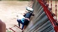 Bật trụ cầu treo, người và xe lơ lửng