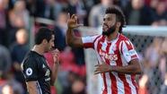 Stoke cắt đứt chuỗi trận toàn thắng của M.U