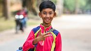 Gặp gỡ cậu bé bán hàng rong Campuchia nói được 16 thứ tiếng