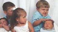Những màn đấu đá siêu hài hước khi nhà có hai anh em