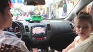 Bé gái phiên dịch cho mẹ và chú lái taxi gây sốt cộng đồng mạng