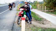 Lại hỗn loạn giao thông dưới chân cầu Cao Lãnh do dân tự mở thêm đường
