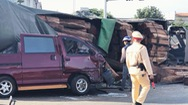 Xe container chở gỗ đè bẹp xe bán tải