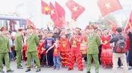 Người hâm mộ mang cờ, hoa, bánh chưng đón đội tuyển Việt Nam về nước
