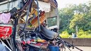 Xe khách tông đuôi xe tải, 3 người bị thương nặng