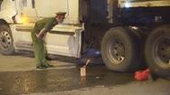 Nằm trên lề đường, một người bị xe container cán chết