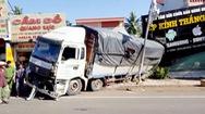 Xe tải chở củ mì mất thắng, đâm sập nhà người dân