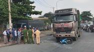 Xe container kéo lê xe máy, 3 người thương vong