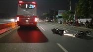 Chạy xe máy sóng đôi va quẹt ngã ra đường, một người bị cán chết